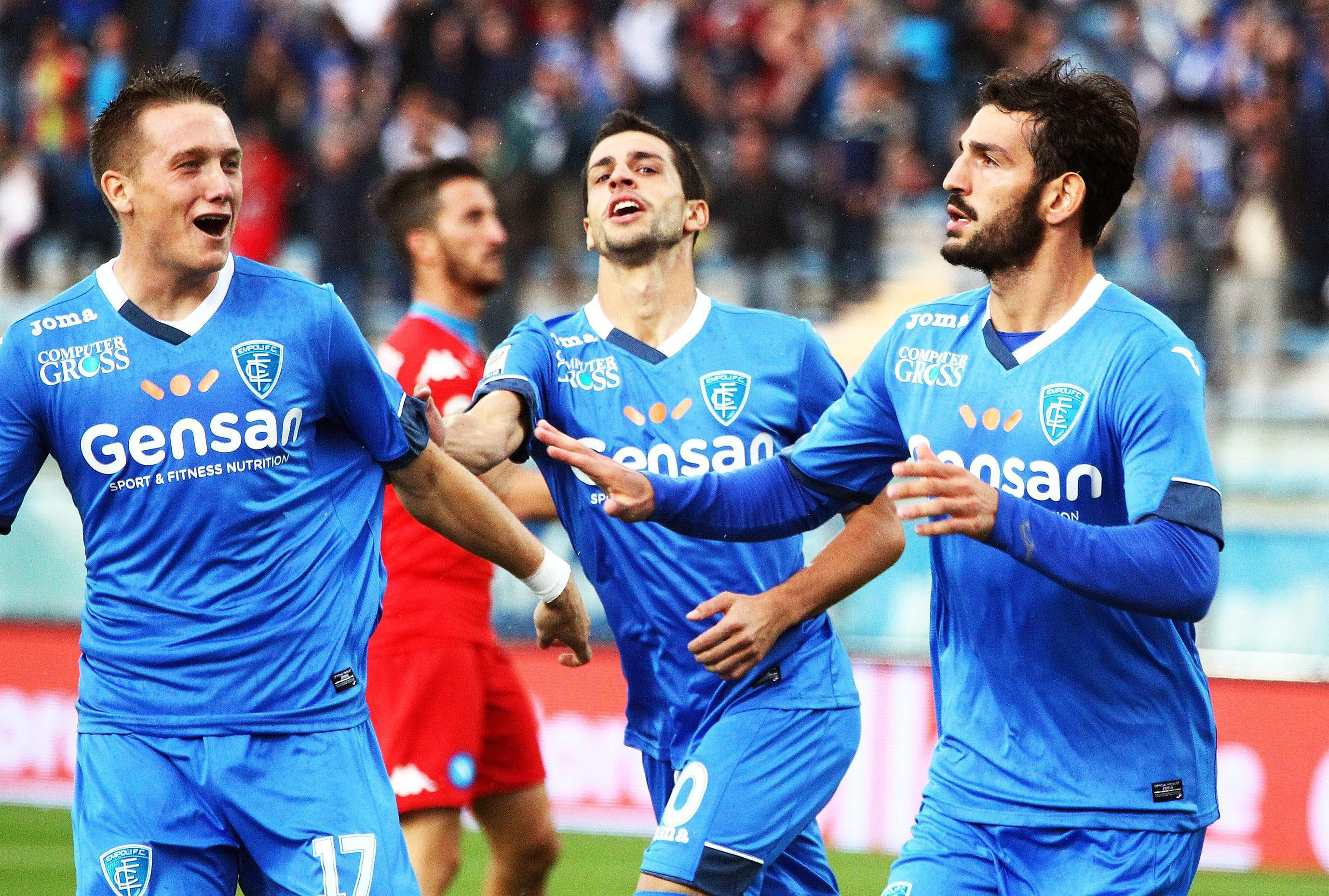 epa04928593 Empoli's midfielder Riccardo Saponara (R) celebrates after scoring the 1-1 goal during the Italian Serie A soccer match between Empoli FC and SSC Napoli at Carlo Castellani Stadium in Empoli, Italy, 13 September 2015.  EPA/FABIO MUZZI
